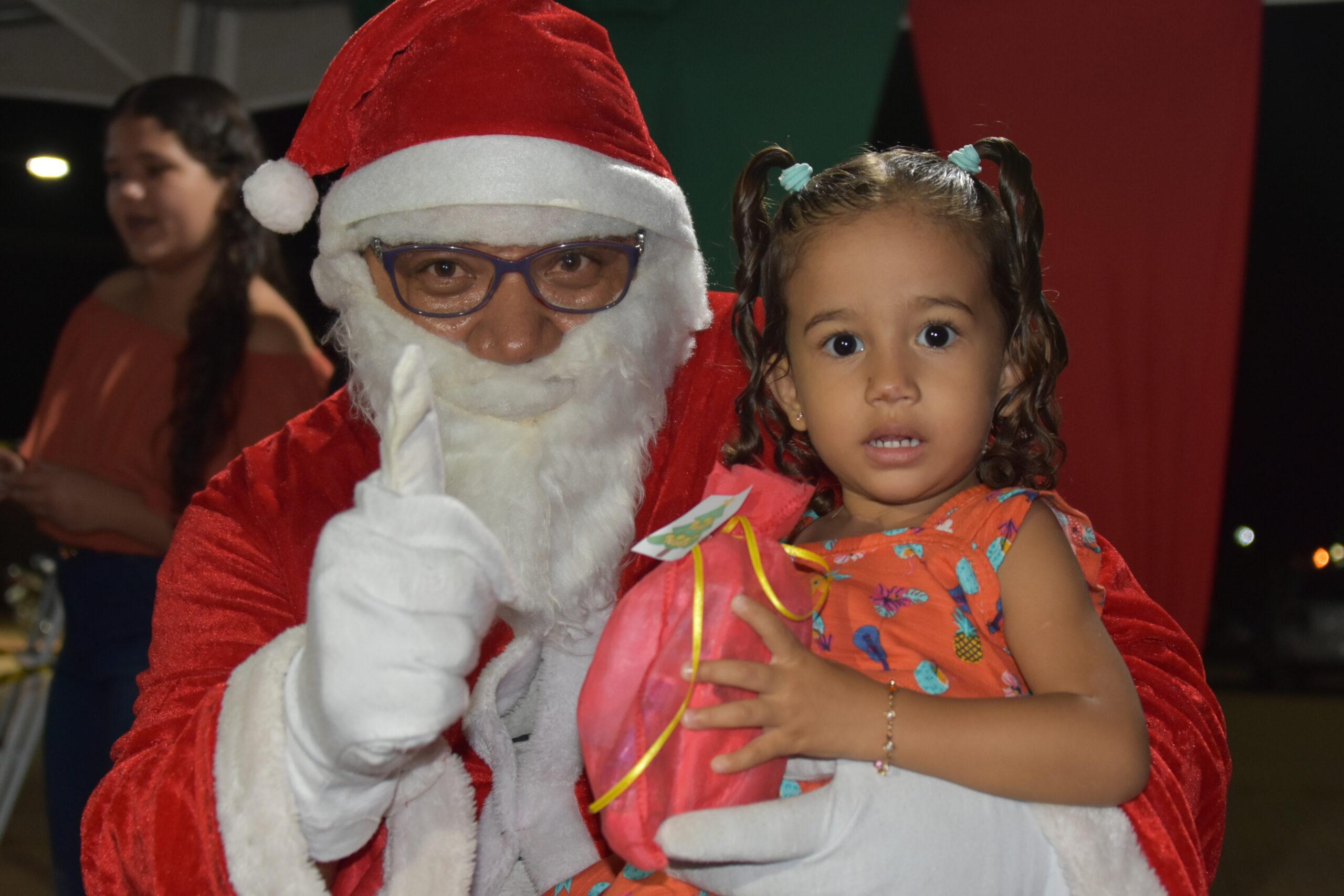 Natal da Assistência teve Papai Noel, presentes e muita música em SJE
