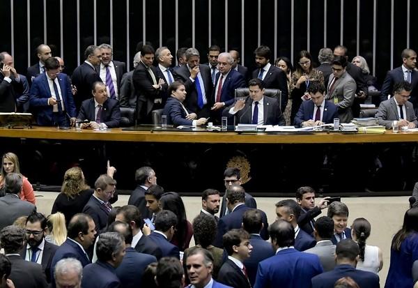 Pesquisa aponta que quase metade da população, reprova o trabalho de deputados e senadores no Brasil