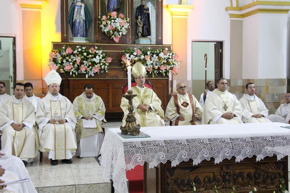 Noite histórica para igreja católica no Pajeú, com ordenação de padre e presença de dois bispos