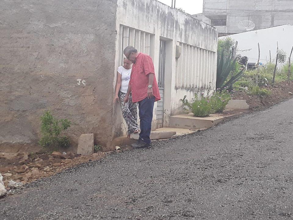 1ª rua asfaltada com usina de asfalto própria em SJE, recebe vistoria do Prefeito Evandro Valadares