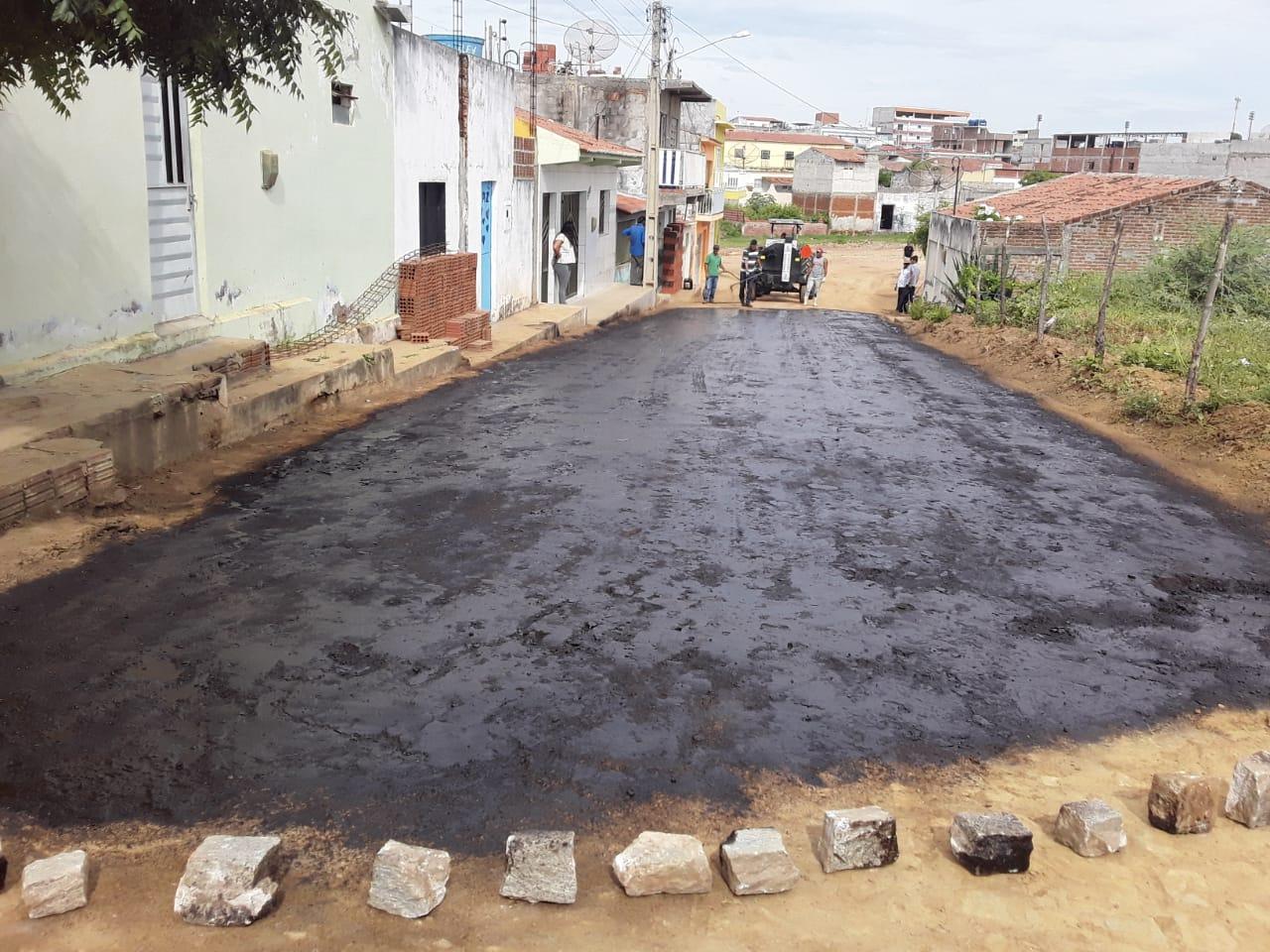 Rua no Ipiranga é primeira asfaltada por usina de asfalto da Prefeitura em SJE
