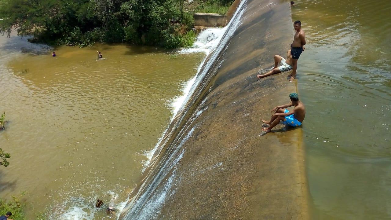 Notícia de 1º açude sangrando na região do Pajeú, anima sertanejos