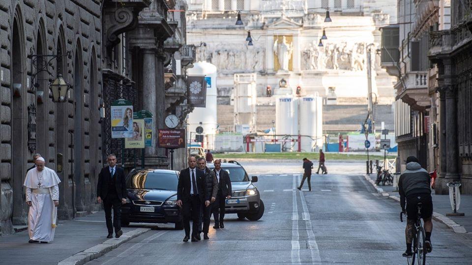 Papa Francisco vira peregrino solitário em Roma, reza pelo mundo e mostra a força da fé