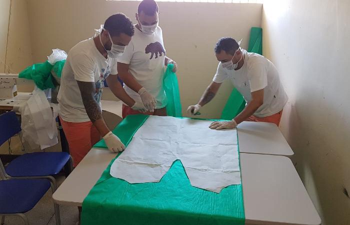 Máscaras, batas e protetores faciais estão sendo produzidos até dentro de presídios em Pernambuco