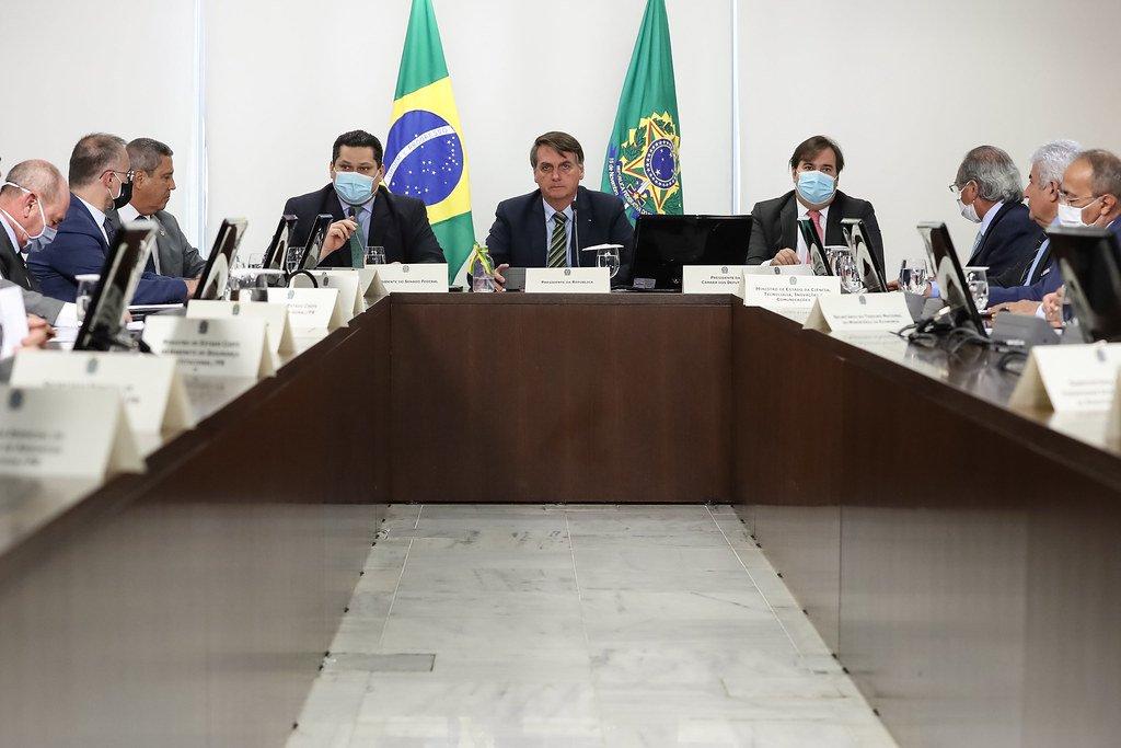 """Bolsonaro assina projeto de """"ajuda"""" a estados e municípios, mais contra vontade de prefeitos e governadores impõe 4 vetos"""