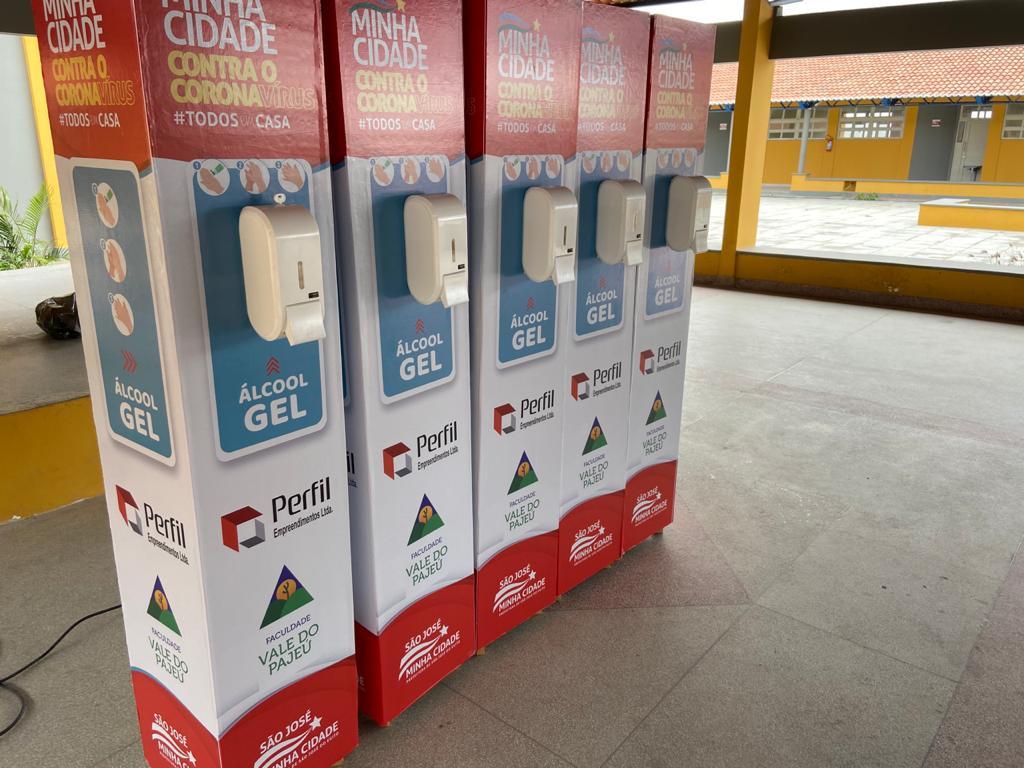Parceria entre Prefeitura e empresas, faz com que SJE ganhe displays com Álcool gel em pontos de grande circulação