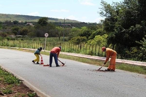 Com ausência do Estado, prefeituras e até população é quem tem feito alguma coisa pelas estradas da região