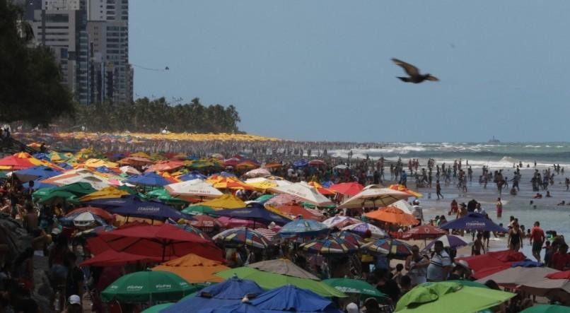 'Irresponsabilidade não pode fazer parte do novo normal', diz médico após aglomerações em praias de PE no feriadão