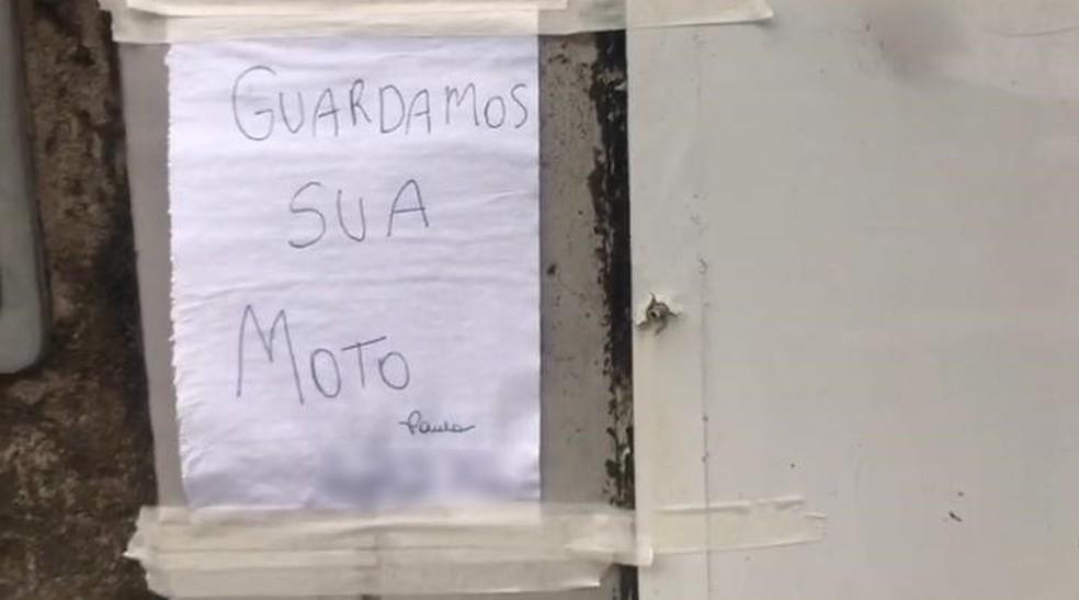 Homem guarda moto 'abandonada', deixa bilhete avisando e post viraliza