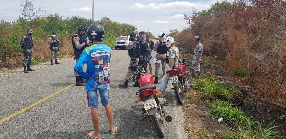 Grupo que fazia 'rolezinho' é interceptado pela polícia, entre Tavares e Imaculada