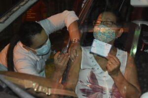 Mais 595 pessoas vacinadas em menos de duas horas em drive-thru da saúde em SJE