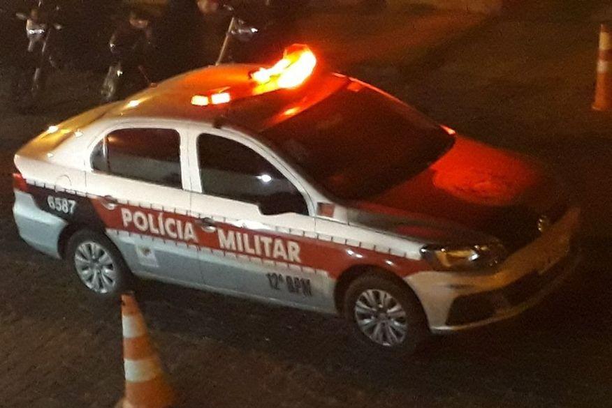 Ex-prefeito de cidade da PB tem veículo tomado por assalto e é feito de refém pelos criminosos