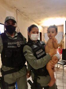 Policiais militares salvam criança que estava engasgada em Caruaru