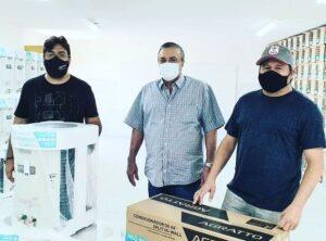 Prefeito de SJE apresenta aparelhos de ar-condicionado que serão instalados nas escolas municipais