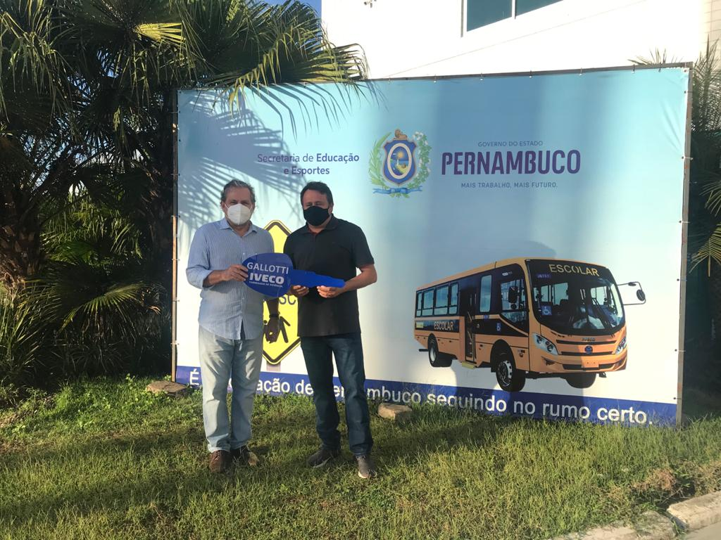 Henrique Marinho recebe ônibus de emenda parlamentar do deputado Tadeu Alencar para SJE
