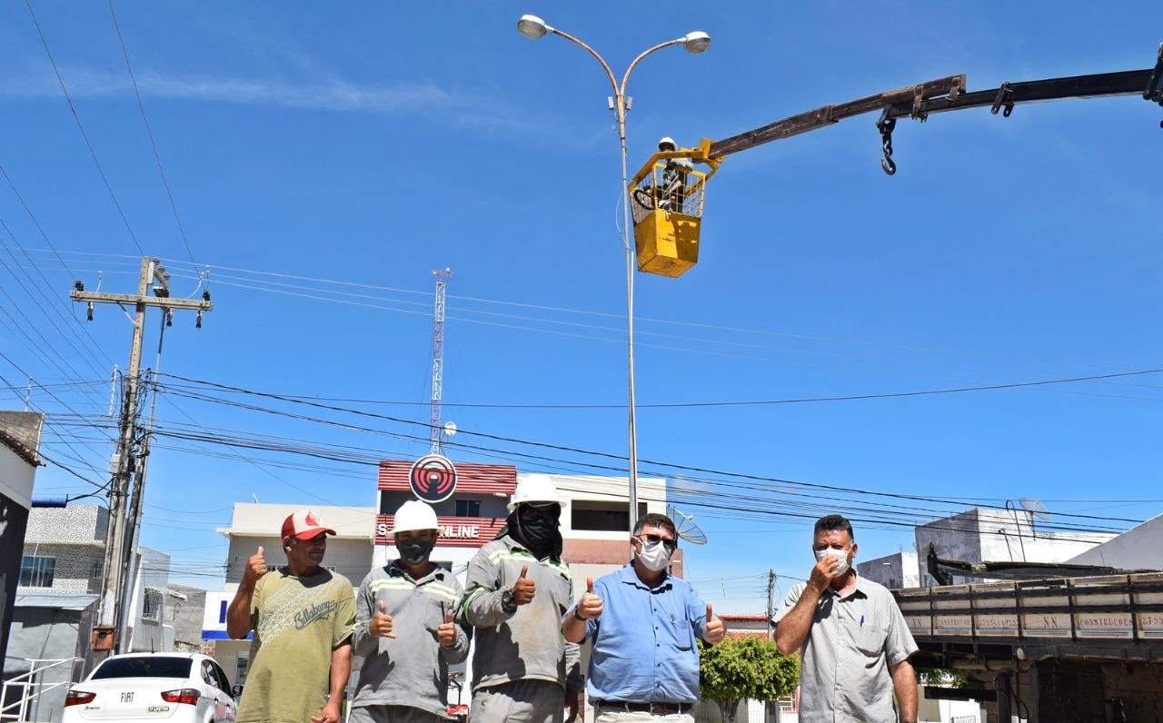 Itapetim realiza manutenção na iluminação de pública, inclusive com instalação de lâmpadas de led