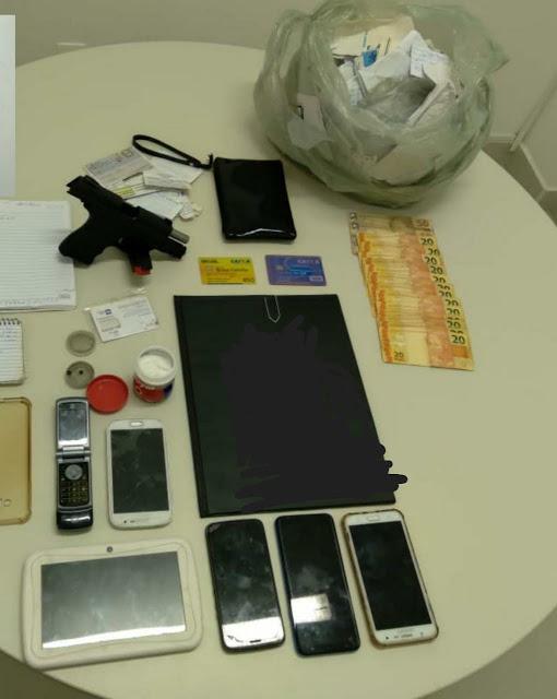 """Operação """"NARCO"""" apreendeu arma, drogas, uma moto, celulares e dinheiro nessa quarta (23) em duas cidades do Pajeú"""