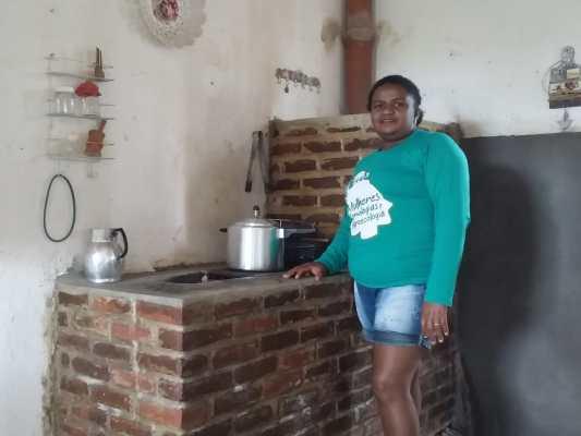 Fogão agroecológico reduz os gastos com gás de cozinha no Sertão do Pajeú