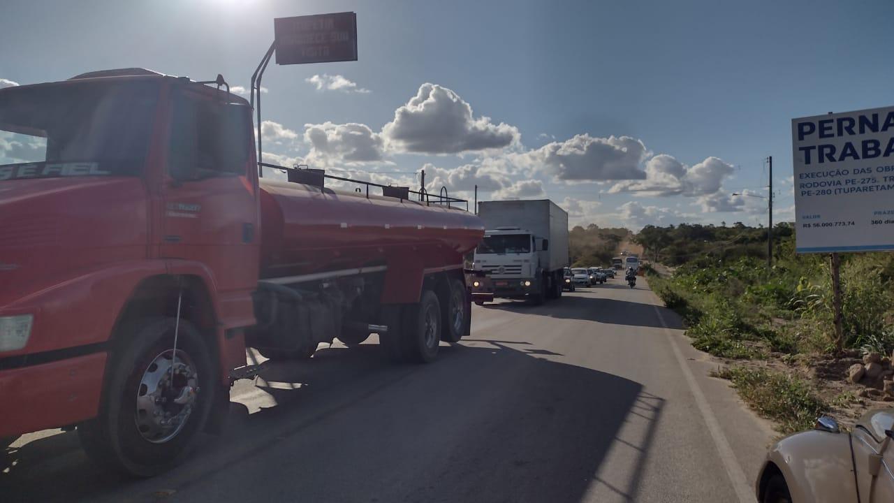 PE-275 começa a ser recuperada entre Ambó e divisa com Teixeira