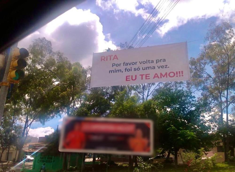 Faixa com pedido de desculpas próximo à entrada de Belo Jardim chama atenção de moradores: 'Por favor volta pra mim'