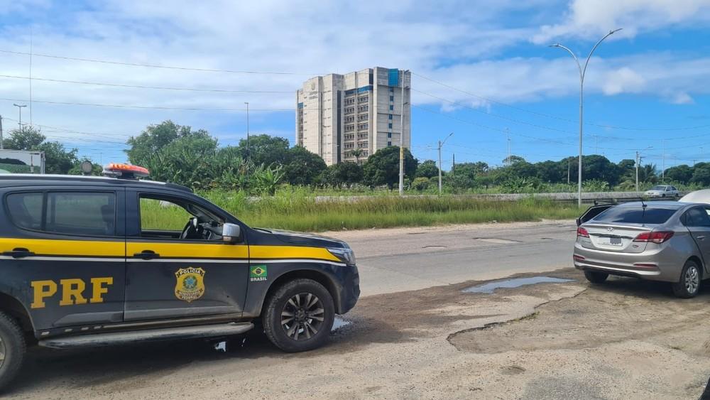 Homem tem carro parado em blitz da PRF e descobre ter sido vítima de golpe aplicado pela internet