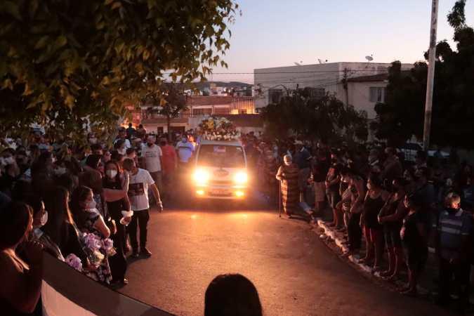 Sob forte comoção Anchieta Santos foi sepultado no fim da tarde de sábado (11) em Afogados da Ingazeira
