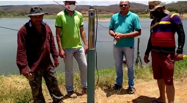 Secretário de Agricultura de SJE entrega bomba d`água doada pela Câmara de Vereadores à Vila do Espirito Santo